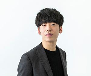 DJ松永バストアップ正面黒いジャケットの写真