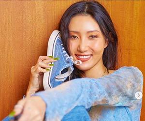 ママムーファサがスニーカーを持って微笑んでいる画像
