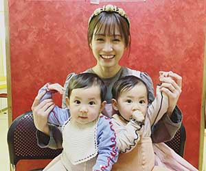 前田敦子と2人の乳児
