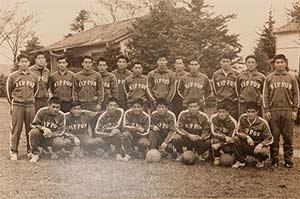 1964年東京五輪の選手村のサッカー日本代表選手の集合写真
