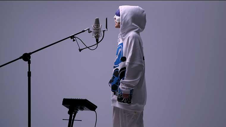 歌手yamaが白いパーカーで歌う画像