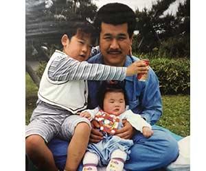 ぼる塾あんりの赤ちゃんの頃と父親と兄の画像