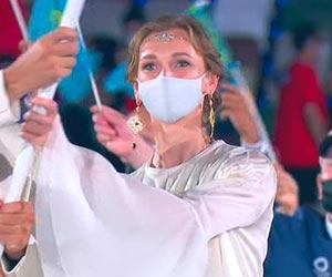 カザフスタンの選手団の旗手オルガ・リパコワ